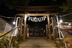 Un individuo adora en la capilla sintoísta de Hakusan por la mañana Fotografía de archivo libre de regalías