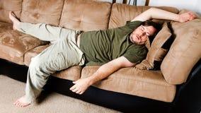 Un individuo arrojó por todas partes el sofá Foto de archivo