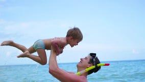 Un individuo con los juegos del niño que se divierten en el mar El bucear almacen de metraje de vídeo