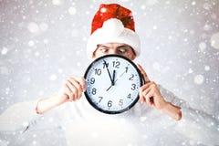 Un individuo elegante en un sombrero de santa celebra la Navidad y un Año Nuevo Foto de archivo libre de regalías