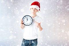 Un individuo elegante en un sombrero de santa celebra la Navidad y un Año Nuevo Fotos de archivo