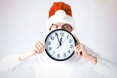Un individuo elegante en un sombrero de santa celebra la Navidad y un Año Nuevo Imagen de archivo