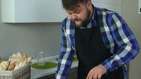 Un individuo gordo fríe las empanadas hechas en casa de la hamburguesa en una cacerola en la cocina Caloría malsana de la forma d almacen de video