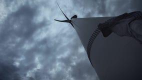 Un individuo joven al lado de las turbinas de viento, produce energía ecológica El concepto de contaminación ambiental, nuevo metrajes