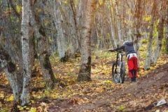 Un individuo joven rueda su bici encima de la colina Fotos de archivo