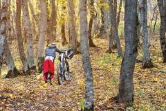 Un individuo joven rueda su bici encima de la colina Fotos de archivo libres de regalías