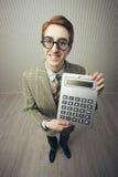 Un individuo nerdy con una calculadora Imagen de archivo