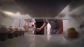 Un individuo que mira el refrigerador almacen de metraje de vídeo