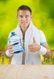 Un individuo que sostiene la botella grande de agua Imagen de archivo libre de regalías