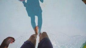 Un individuo sale de la piscina en la cámara lenta almacen de metraje de vídeo
