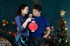 Un individuo y una muchacha con una linterna china foto de archivo libre de regalías