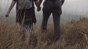 Un individuo y una muchacha que llevan a cabo las manos almacen de metraje de vídeo