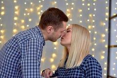 Un individuo y una muchacha van a besarse imagenes de archivo