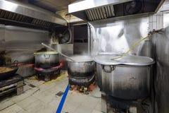 Un industriale sporco Grungy reale del ristorante & una cucina commerciale e fotografia stock
