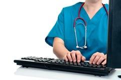 Un'infermiera femminile/dati entranti del medico Fotografia Stock
