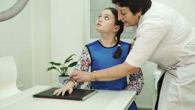 Un infermiere anziano sta preparando una bambina per le spazzole dei raggi x archivi video