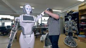 Un ingénieur visse sur une coquille sur un robot banque de vidéos