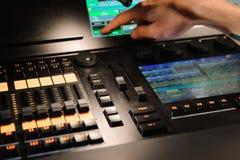 Un ingeniero de iluminación trabaja con control de los técnicos de las luces en la demostración del concierto Mezclador ligero pr imagenes de archivo