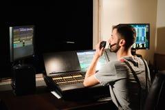 Un ingeniero de iluminación trabaja con control de los técnicos de las luces en la demostración del concierto Mezclador ligero pr imagen de archivo libre de regalías