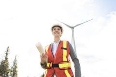 Un ingeniero de la mujer del técnico en la estación del generador de poder de la turbina de viento imagen de archivo libre de regalías