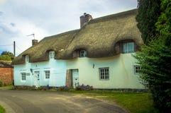 Un inglese molto vecchio, ricoperto di paglia, cottage del paese Fotografia Stock