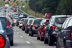 Un ingorgo stradale con le righe delle automobili