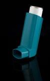 Un inhalateur d'asthme avec la réflexion Image libre de droits