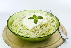 Un'insalata della crema del cole con il cappero e il pepe-cutted Fotografia Stock Libera da Diritti