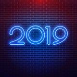 Un'insegna al neon realistica del logo 2019 per la decorazione sui precedenti della parete Concetto del Buon Natale e del buon an illustrazione vettoriale