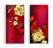 Un'insegna di due rossi con le rose dell'oro Immagini Stock