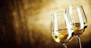 Un'insegna di due vetri di vino bianco con lo spazio della copia Fotografia Stock