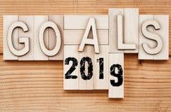 un'insegna di 2019 scopi - concetto di risoluzione del nuovo anno - mandi un sms a nel vintag immagine stock