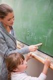 Un insegnante felice e un allievo che fanno un'aggiunta Fotografie Stock