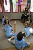 Un insegnante interroga i suoi allievi nell'aula Immagine Stock Libera da Diritti