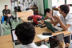Un insegnante sta avendo un dibattito con i suoi studenti Fotografie Stock Libere da Diritti