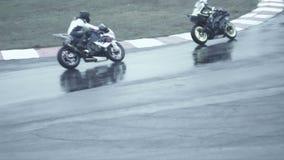 Un inseguimento caldo di due bici alla corsa, movimento lento del frammento della bici archivi video