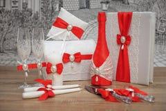 Un insieme degli accessori di nozze, decorato in nastri e gioielli colorati Immagini Stock