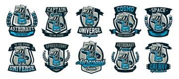 Un insieme degli emblemi, logos, un astronauta saluta e tiene una bandiera Volo alla luna, spazio, viaggio intergalattico illustrazione vettoriale