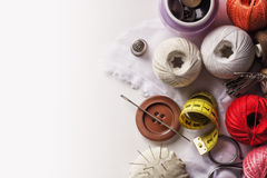 Un insieme degli oggetti usati per la cucitura a mano Fotografie Stock Libere da Diritti