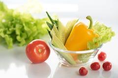 Un insieme degli ortaggi freschi su un piatto bianco, per la preparazione di insalata vegetariana di verdure I precedenti sono bi fotografia stock