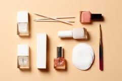 Un insieme degli strumenti per il manicure e lo smalto su un fondo rosa fotografie stock