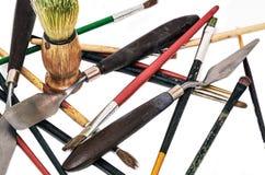 Un insieme degli strumenti sparsi dell'artista fotografia stock