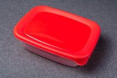 Un insieme degli utensili di plastica Tazze, piatti, forchette, cucchiai e recipienti di plastica di plastica su un fondo grigio  immagini stock