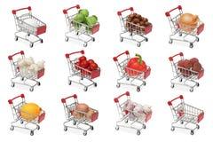 Un insieme dei carrelli del negozio con differenti prodotti alimentari Fotografia Stock