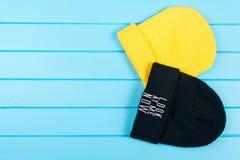 Un insieme dei due cappelli tricottati delle donne Fotografia Stock