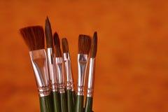 Un insieme dei pennelli su un fondo marrone Immagine Stock Libera da Diritti
