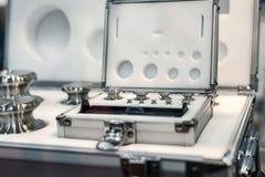Un insieme dei pesi del laboratorio Pesi di alta precisione per le misure del peso standard Fotografie Stock