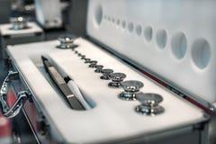 Un insieme dei pesi del laboratorio Pesi di alta precisione per le misure del peso standard Immagine Stock