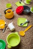 Un insieme dei piatti del giocattolo di bambini colorati multi, verticalmente fotografia stock libera da diritti