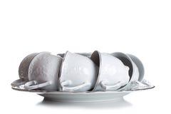 Un insieme dei piatti e delle tazze nel tono bianco Sul gentl dei piatti e delle tazze Immagine Stock